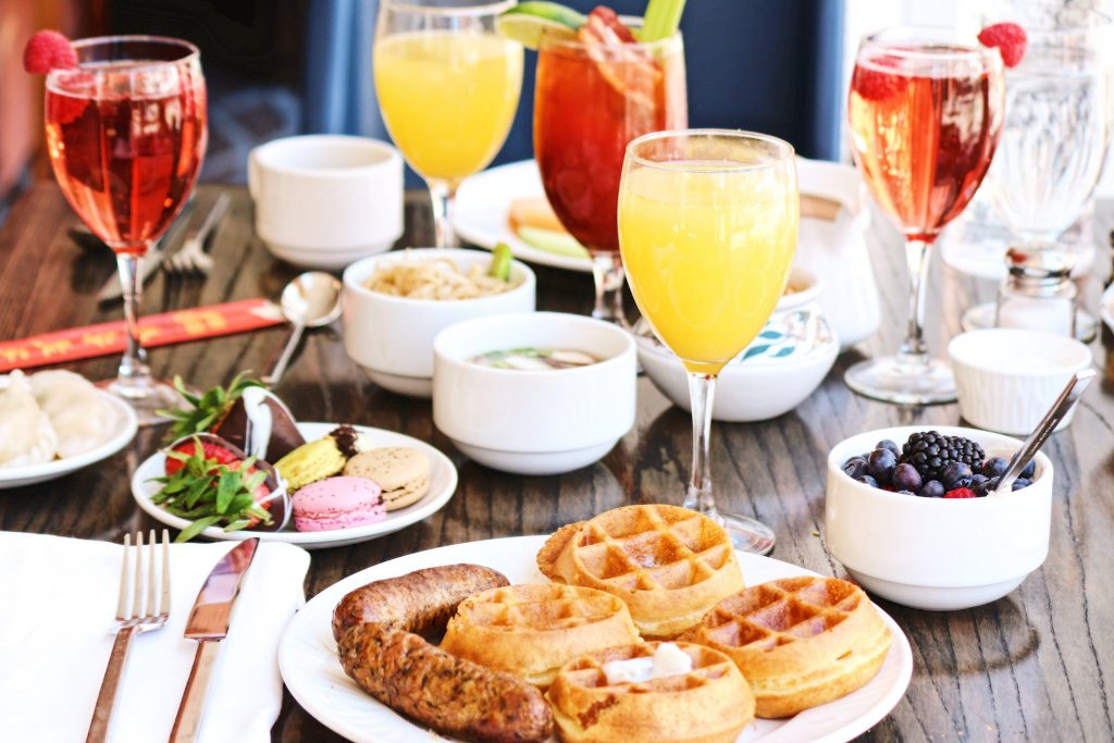 What to expect at a bottomless brunch.